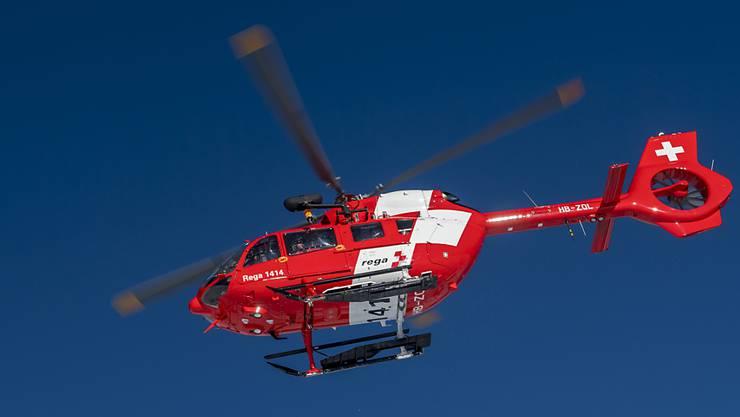 Ein Rettungshelikopter der Rega musste den 19-Jährigen aus dem unwegsamen Gelände bei Kleinlützel bergen. (Symbolbild)