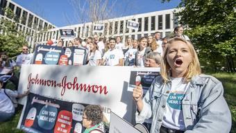 Demonstranten bei einer Kundgebung vor dem Campus Switzerland des Konzerns Johnson & Johnson J&J in Zug. Der Konzern soll laut der NGO Ärzte ohne Grenzen den Preis für das Medikament Bedaquilin auf 1 Dollar pro Patient und Tag senken.