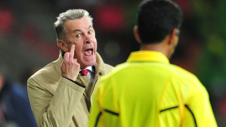 Switzerland's German Ottmar Hitzfeld (L) reacts past Saudi Arabian referee Khalil Al Ghamdi during the Group H first round 2010 World Cup football match Chile vs Switzerland on June 21, 2010 at Nelson Mandela Bay stadium in Port Elizabeth.  NO PUSH TO MOBILE / MOBILE USE SOLELY WITHIN EDITORIAL ARTICLE    AFP PHOTO / PHILIPPE HUGUEN