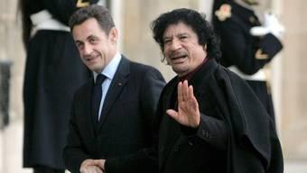 Der damalige libysche Machthaber Muammar al-Gaddafi (r.) soll 2007 den Präsidentschaftswahlkampf von Nicolas Sarkozy (l.) mitfinanziert haben. (Archiv)