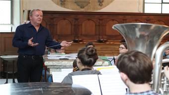 Dirigent Urs Erdin probt mit dem Jugendspiel das Stück «Sinzenmatt». Doch schon bald gilt es ernst.