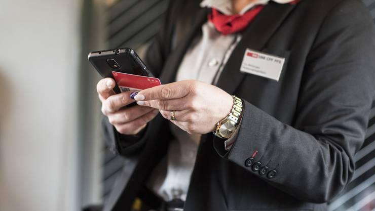 Eine SBB-Mitarbeiterin musste vor einer wütenden Passagierin fliehen.