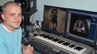 Sascha Minder in seinem Tonstudio in Aarau, wo er mit einem Freund auch Musik produziert