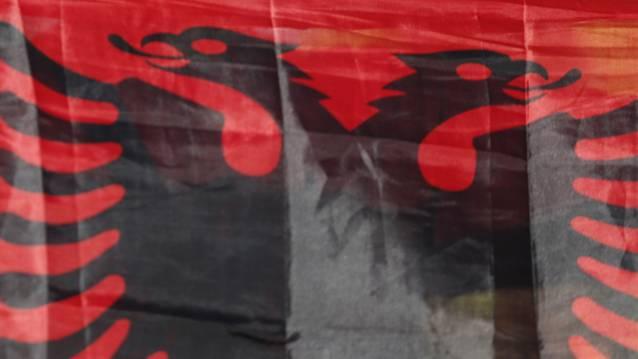 Die Soldaten posierten in Uniform und mit albanischer Flagge. (Symbolbild)