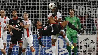 Leverkusens Emre Can gegen Donezk mit einer akrobatischen Einlage.