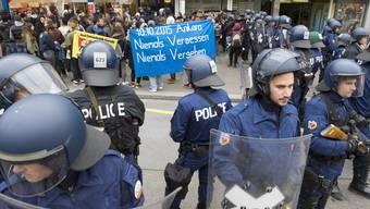 Antifa-Kundgebung: Polizei setzt Gummischrot gegen Demonstranten in Bern ein