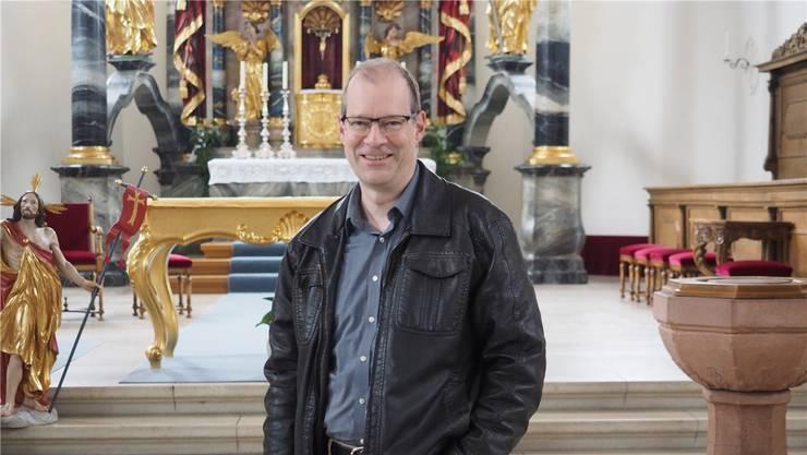 Für Linus Hüsser (im Bild in der Kirche in Frick) ist klar: Die Kirche muss sich ändern. Er erwartet, dass Frauen bis in 5 oder 10 Jahren Diakoninnen werden können. (Archiv)