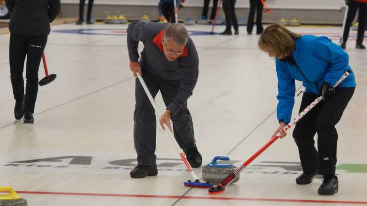 Im Kanton Solothurn soll man wieder Curling spielen können. (Archiv)