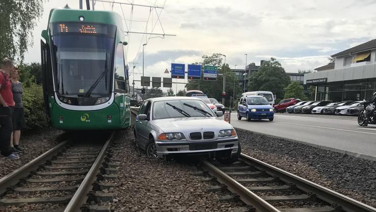 Aus noch nicht restlos geklärten Gründen geriet ein 26-jähriger Autofahrer beim Anfahren ins Schleudern...
