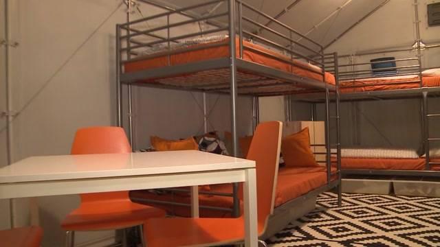 In Frick entsteht ein Dorf mit 60 Ikea-Hütten für Asylbewerber. (Tele M1, 29.10.2015 )