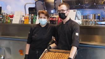 Andreas Saleschak und Monika Siegrist können in ihrem Foodtruck in Frick sogar ein ganzes Blech mit Linzertorte backen.