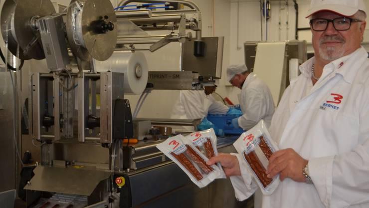 Roland Bernet zeigt die von der Hightechmaschine abgepackten Landjäger. Janine Müller