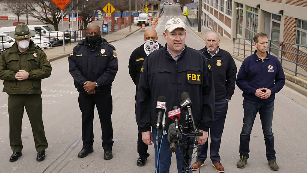 Matthew Foster (Mitte), FBI Assistant Special Agent in Charge (Verantwortlicher stellvertretender FBI-Spezialagent), spricht während einer Pressekonferenz.