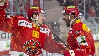 Damien Brunner (links) freut sich über sein 1:1, und Robbie Earl schreit seine Begeisterung heraus