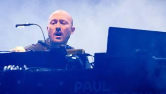 DJ Paul Kalkbrenner wird dereinst sogar mit dem Rollator oder dem Rollstuhl auf die Bühne kommen - hinterm Mischpult sieht man's ja nicht, sagt er. (Archivbild)