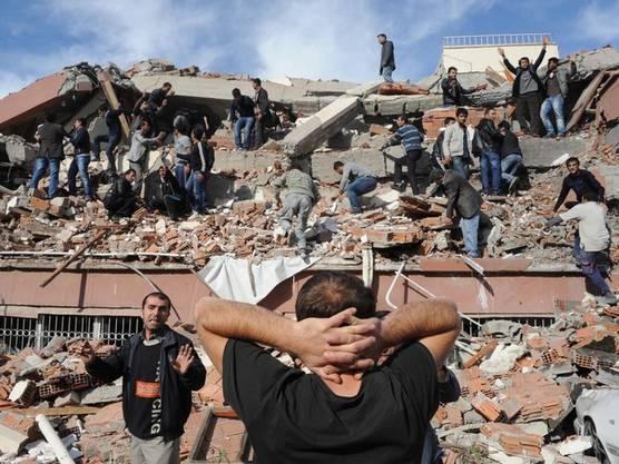 Zahlreiche Menschen wurden beim Erdbeben im Osten der Türkei verschüttet
