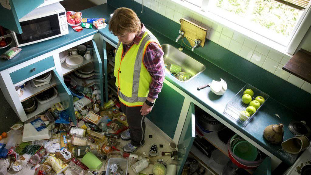 Ein Frau steht nach dem Erdbeben in ihrer Küche in Waiau, Neuseeland.