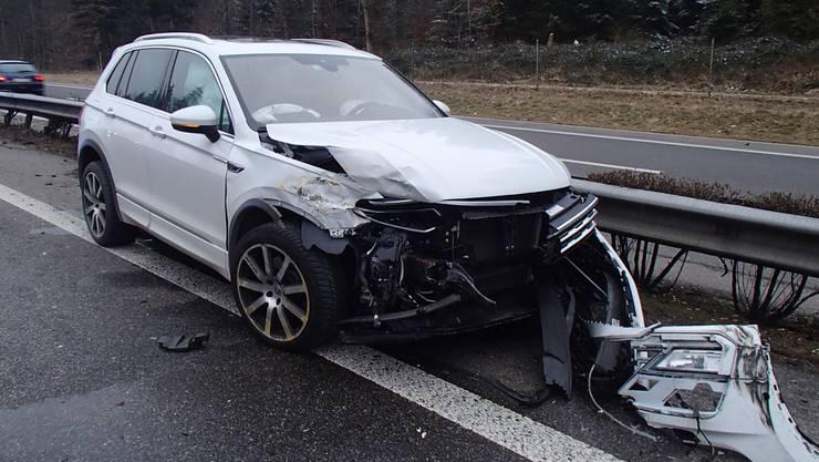 Ein Lieferwagen scherte von der rechten Spur plötzlich nach links aus und kollidierte mit einem Auto auf dem Überholstreifen.