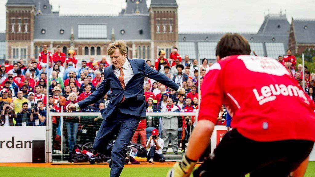 Der niederländische König Willem-Alexander eröffnet die Obdachlösen-Fussball-WM. Er tritt zu zwei Penaltys an - und erzielt ein Tor.