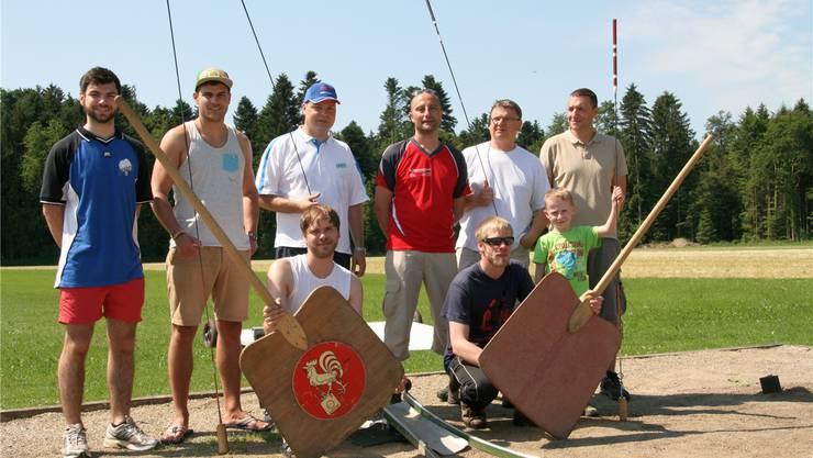 Die Deutschen Hornusser aus Grossrinderfeld mit Chef Andreas Zeisner, der Mann im roten Trikot, im Trainingslager in der Schweiz.