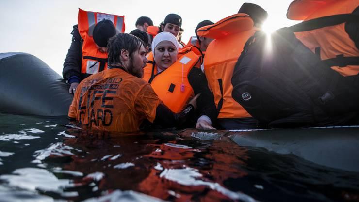 Syrische Flüchtlinge verlassen vor der Küste von Lesbos ein sinkendes Schlauchboot: Die Zahl der Flüchtlinge, die 2016 über das Mittelmeer nach Europa gelangten, liegen tiefer als im entsprechenden Zeitraum im letzten Jahr. (Symbolbild)