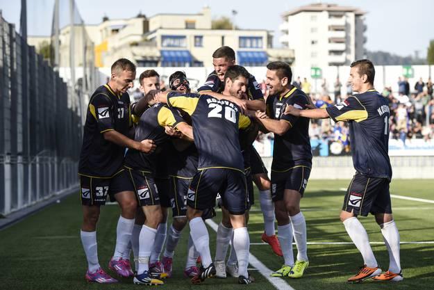 Die Kosovaren feiern den Treffer zum 1:0 durch Kushtrim Lushtaku, im Freundschaftsspiel zwischen dem FC Wil und der Kosovarischen Fussballauswahl.