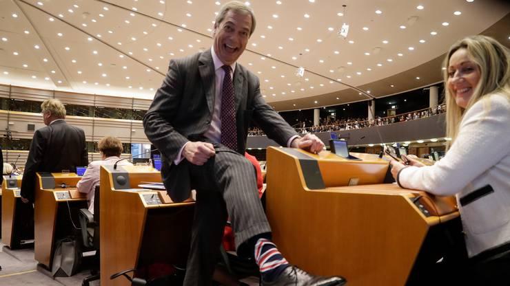 Nigel Farrage zeigt stolz seine Briten-Socken.