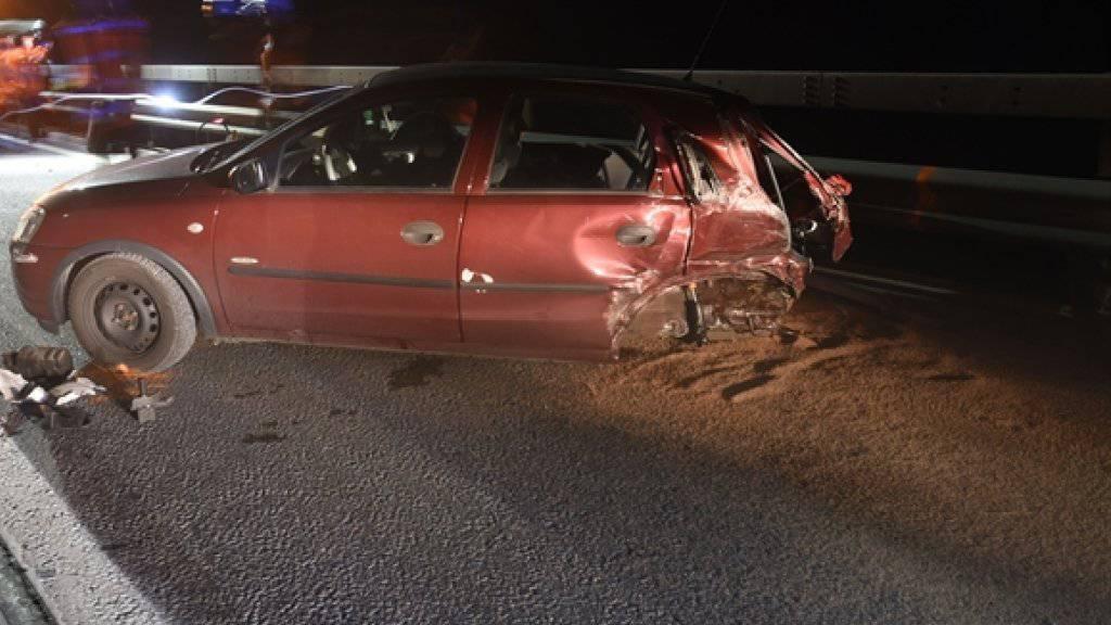 Das Auto schleuderte mit dem Heck gegen ein anderes Fahrzeug und wurde total beschädigt.