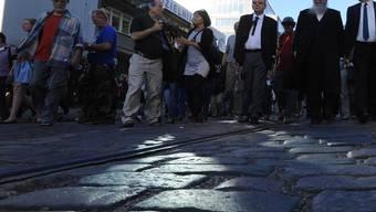 Menschen marschieren zum Gedenken der Deportationen durch die Strassen des einstigen Ghettos