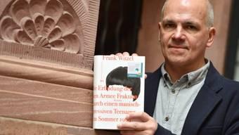 """Frank Witzel mit seinem Roman """"Die Erfindung der Roten Armee Fraktion durch einen manisch-depressiven Teenager im Sommer 1969"""", für den er am Montagabend in Frankfurt den Deutschen Buchpreis erhielt."""