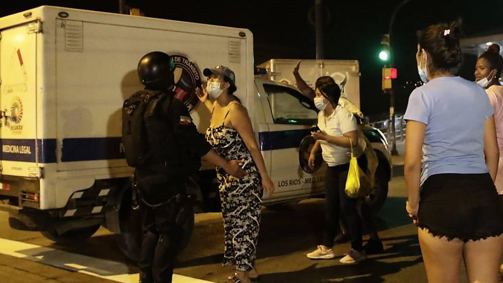 Angehörige von Insassen warten auf Nachrichten nach einem Aufstand im Litoral-Gefängnis in Guayaquil, Ecuador. Bei gewalttätigen Auseinandersetzungen zwischen verfeindeten Banden sind in dem Gefängnis mindestens 24 Häftlinge ums Leben gekommen, teilte die Gefängnisverwaltung am Dienstag mitteilte. Foto: Angel Dejesus/AP/dpa