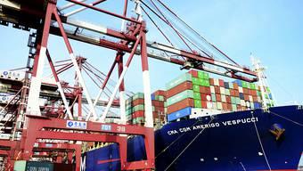 Exporte runter - Importe hoch. Der Schweizer Aussenhandel entwickelte sich im April uneinheitlich. (Archivbild)