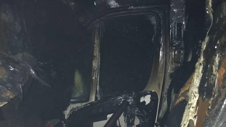 Der Lieferwagen hat heftig gebrannt und wurden stark beschädigt.