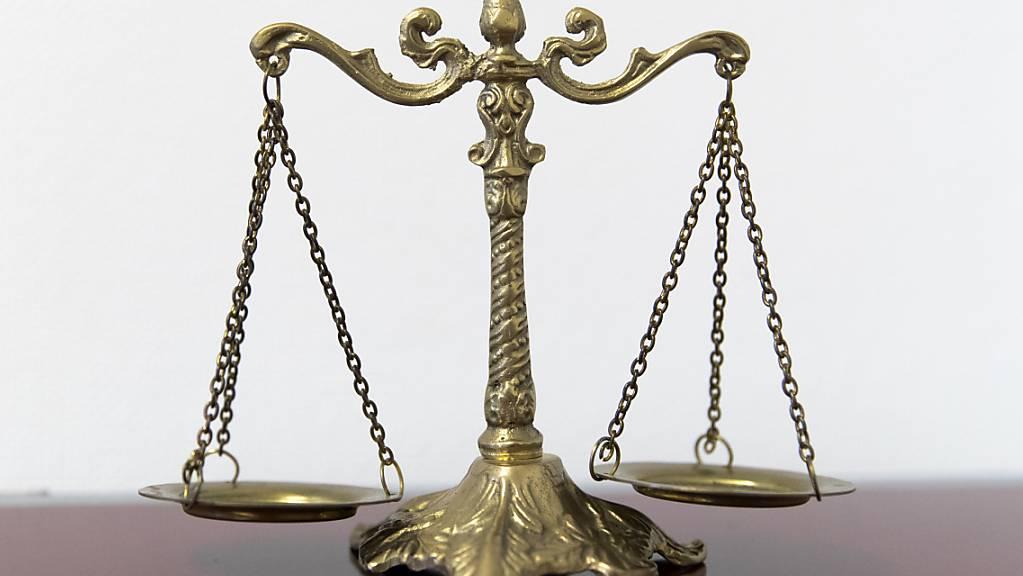 Das Regionalgericht Biel hat am Donnerstag einen heute 27-Jährigen wegen Mordes seiner Eltern verurteilt.