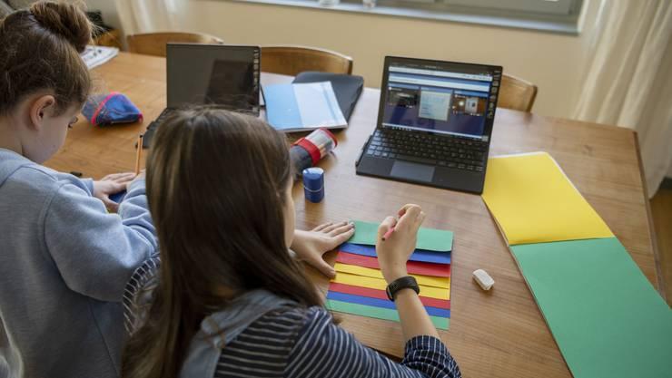Je länger der Lockdown dauert, desto eher setzen Lehrkräfte auch auf Online-Tools. In Allschwil sind jetzt alle 800 Schulkinder der höheren Klassen mit Geräten versorgt.