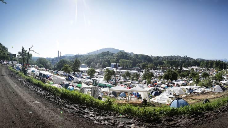 Nein, das Festival ist nicht mehr im Gange: All diese Zelte sind nach dem diesjährigen Open Air St. Gallen im Sittertobel liegen geblieben. Michael Dornbierer