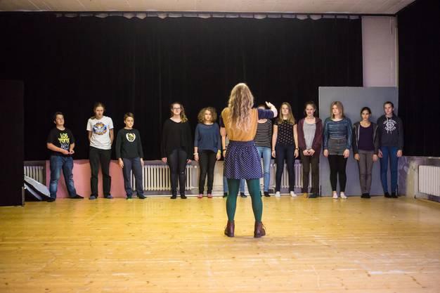 U15-Leiterin Christine Schmocker beim Theater-«Warm up» mit den jungen Darstellern von «So oder sowieso».