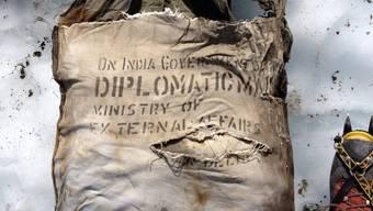 Die Tasche wurde einem Vertreter der indischen Botschaft in Paris übergeben