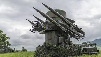 Der Bundesrat verteidigt seinen Entscheid, die Exportbestimmungen für Kriegsmaterial zu lockern. Im Bild Boden-Luftraketen der Schweizer Armee (Symbolbild).