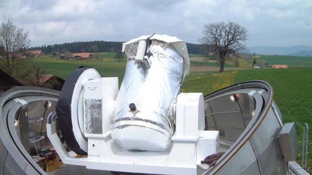 Teleskop ZIMLAT der Sternwarte Zimmerberg. Spezialität: Vollautomatischer Beobachtungsbetrieb für Satelliten-Distanzmessungen mit Laser. Kombiniert mit einer Hochpräzisions-Kamera erlaubt das Teleskop die Beobachtung von Weltraumschrott bei Tag.