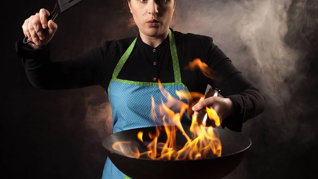 Löschversuch von brennendem Speiseöl führt zu Küchenbrand