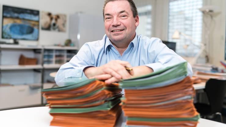 Die grünen Dossiers betreffen Verkehrsunfälle: Marcel Tanner erzählt in seinem Büro von der Arbeit als Statthalter und Bezirksratspräsident des Bezirks Uster.