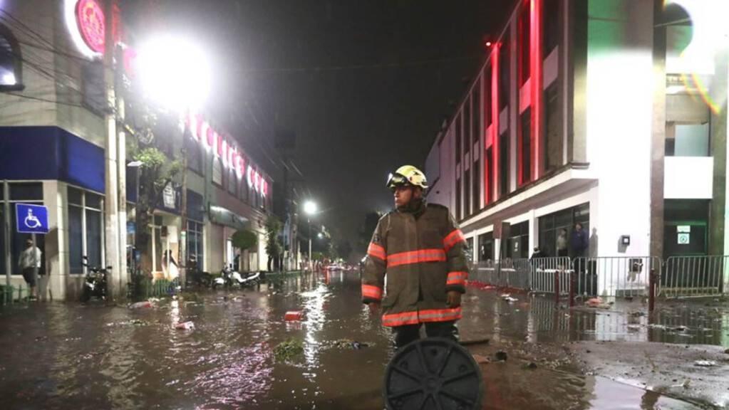 Ein Feuerwehrmann steht in einer überfluteten Straße in Ecatepec. Aufgrund starker Regenfälle am Montag kam es im Zentrum von Ecatepec im Bundesstaat Mexiko zu Überschwemmungen.