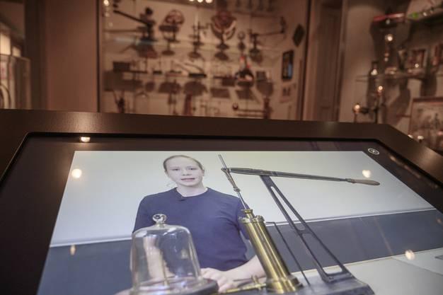 Im Physik-Zimmer erklären Schülerinnen und Schüler in anschaulichen Videos, wie die physikalischen Geräte funktionieren.