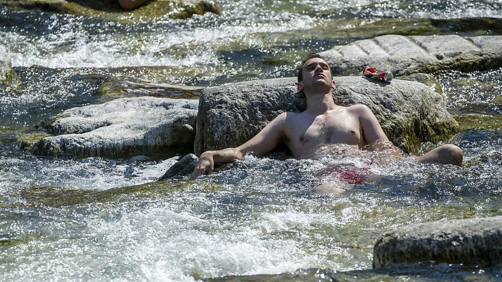 Meteoschweiz hat die Hitzewarnung am Sonntag auf die Kantone Genf und Jura erweitert. Für das Tessin, wo sich dieser Mann in Lugano abkühlt, besteht sie schon länger. (Archivbild)