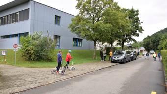 Der – mittlerweile aufgestockte – Kindergartenpavillon befindet sich an der Erbsletstrasse. Mehrere Anwohner fordern klare Regeln für die Zu- und Wegfahrt.
