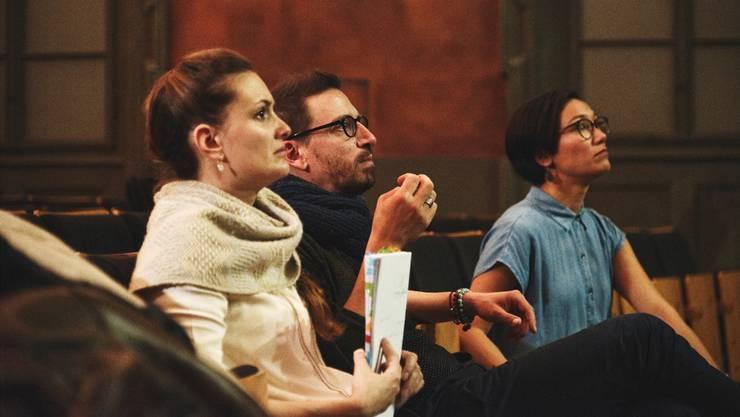 Rolf Sommer in ungewohnter Rolle: Zusammen mit Manuela Fedier (Regieassistenz) und Jeanine Dinger (Choreografin) bei den Proben zu «Pippin» in Altdorf.