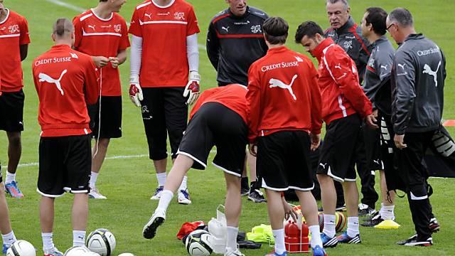 Ottmar Hitzfeld instruiert seine Spieler und Assistenten.