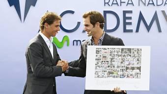 Ehrengast Roger Federer gratuliert Rafael Nadal zur Eröffnung der Tennis-Academy