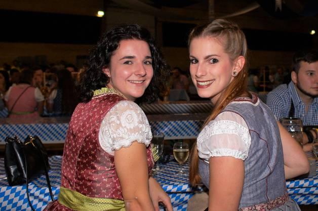 Oktoberfest-Premiere Adrienne Schatzmann (l.) und Michèle Spörri aus Brugg